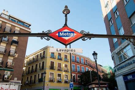 Home Staging en piso alquiler turístico en el barrio de Lavapiés - Madrid: Suelos de estilo  de Theunissen Home Staging