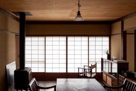 山陵の家: 中山建築設計事務所が手掛けたリビングです。
