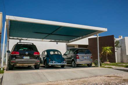 Casa Palmira: Garajes de estilo moderno por Tekne