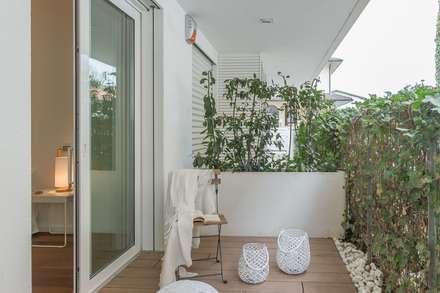 Home Staging per la vendita a Milano Marittima: Terrazza in stile  di Anna Leone Architetto Home Stager