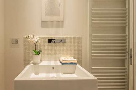 Home Staging per la vendita a Milano Marittima: Bagno in stile in stile Minimalista di Anna Leone Architetto Home Stager
