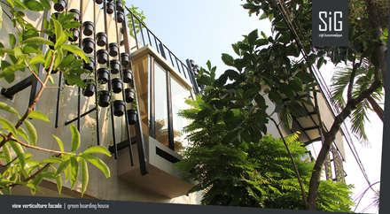 Rumah Beranda - Green Boarding House:  Koridor dan lorong by sigit.kusumawijaya | architect & urbandesigner