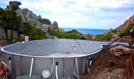 dettaglio esecutivo piscina vista mare: Piscina in stile in stile Mediterraneo di Alfredo Pulcrano