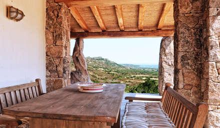 pranzo esterno vista mare: Sala da pranzo in stile in stile Mediterraneo di Alfredo Pulcrano
