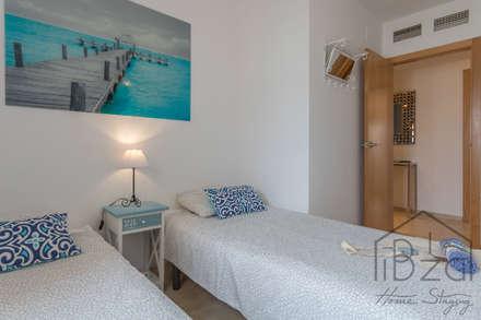 HOME STAGING APARTAMENTO EN PLAYA D'EN BOSSA - IBIZA: Dormitorios infantiles de estilo mediterráneo de ROX & IRE IBIZA SL