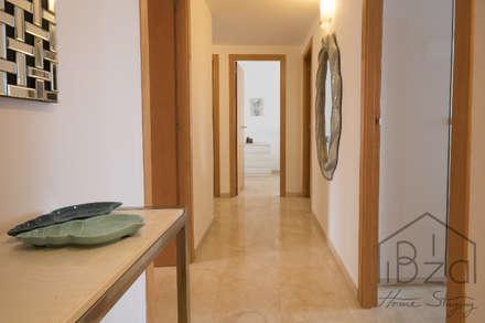 HOME STAGING APARTAMENTO EN PLAYA D'EN BOSSA - IBIZA: Pasillos y vestíbulos de estilo  de ROX & IRE IBIZA SL