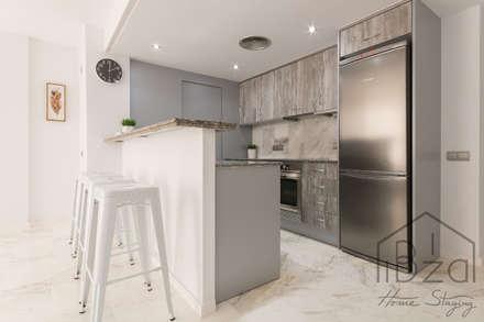 Home Staging Edificio Bahía. Marina Botafoch: Cocinas de estilo mediterráneo de ROX & IRE IBIZA SL