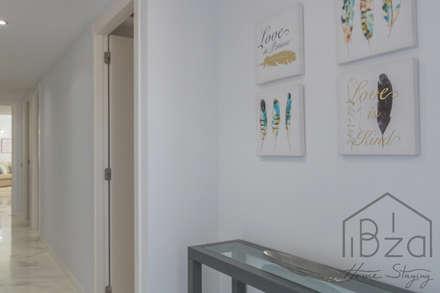 Home Staging Edificio Bahía. Marina Botafoch: Pasillos y vestíbulos de estilo  de ROX & IRE IBIZA SL