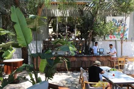 Open Air Bar: tropical Garden by Orkun İndere Interiors