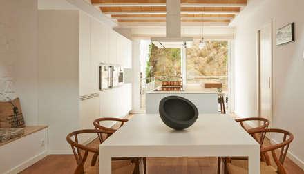 Vista del comedor con la cocina : Comedores de estilo moderno de LaBoqueria Taller d'Arquitectura i Disseny Industrial