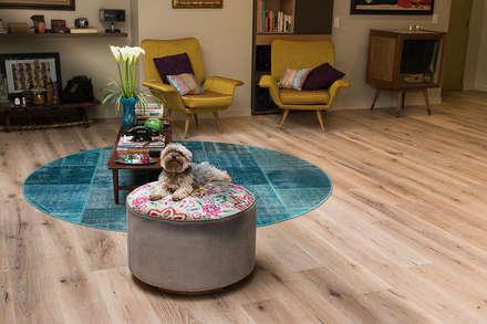 Sala apartamento en Bogota: Salas de estilo ecléctico por Pisos Millenium