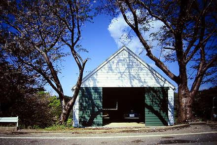 Puertas de garaje de estilo  de ミナトデザイン1級建築士事務所