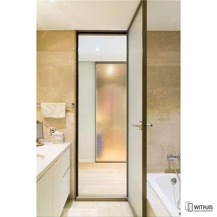 깔끔한 디자인 알루미늄 욕실도어: WITHJIS INC.의  문
