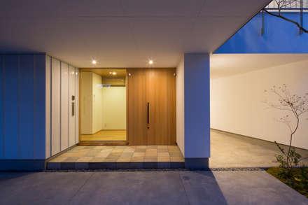空にひらく: TRANSTYLE architectsが手掛けた廊下 & 玄関です。