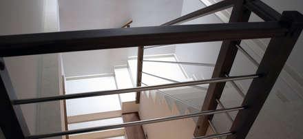 Antiguo restaurante convertido en vivienda: Escaleras de estilo  de Estudi deCuina