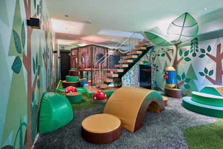Soft stepping stones over soft artificial turf lead the way to the play structure: eclectic Nursery/kid's room by Tigerplay at Home