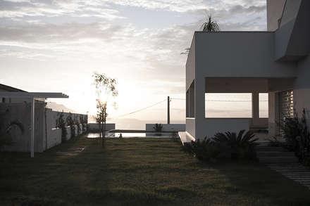 Piscina a sfioro: Piscina a sfioro in stile  di manuarino architettura design comunicazione