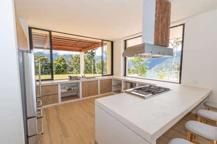 casa de campo calima : Cocinas de estilo rústico por astratto