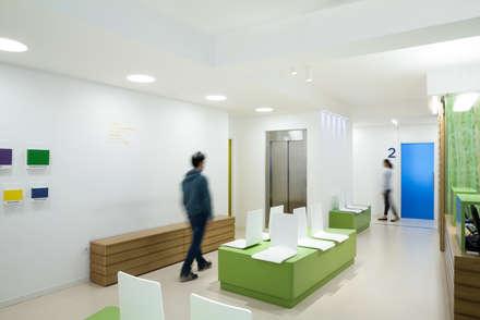 Hall d'ingresso: Cliniche in stile  di M2Bstudio