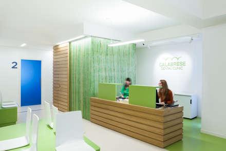 Banco accettazione: Cliniche in stile  di M2Bstudio