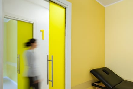 Sala gialla: Cliniche in stile  di M2Bstudio