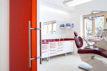 sala rossa: Cliniche in stile  di M2Bstudio