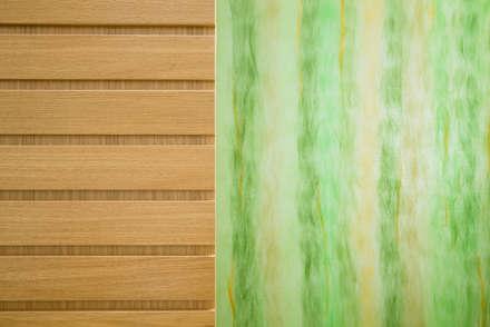 particolare materiale: scorrevole in legno e parete in vetro sala back office: Cliniche in stile  di M2Bstudio