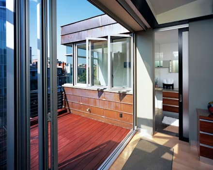 Riggs Place Residence:  Patios & Decks by KUBE Architecture
