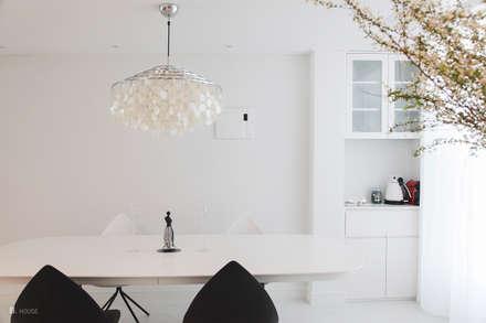 White dining room: B house 비하우스의  다이닝 룸