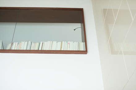 가족의 개성을 담은 거울 같은 집_광교한양수자인인테리어 : (주)바오미다의  벽