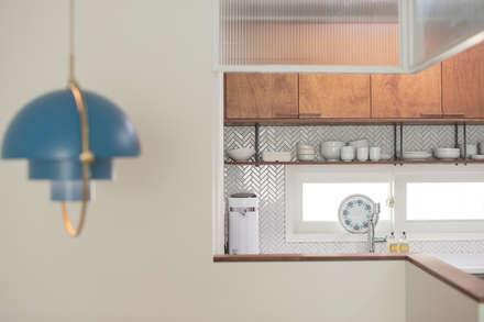 가족의 개성을 담은 거울 같은 집_광교한양수자인인테리어 : (주)바오미다의  주방