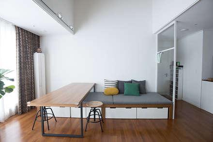 가족의 개성을 담은 거울 같은 집_광교한양수자인인테리어 : (주)바오미다의  거실