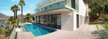 Listone in legno composito WPC-Bamboo color nocciola: Giardino con piscina in stile  di Arredo-Giardino.com