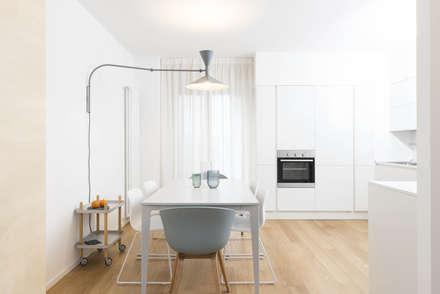 Plywood Apartment: Cucina in stile in stile Scandinavo di studio wok
