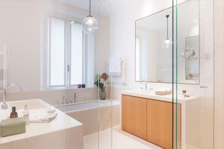 Casa per una famiglia: Bagno in stile in stile Moderno di studio wok