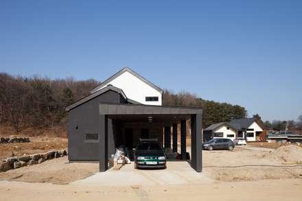 modern Garage/shed by 위드하임
