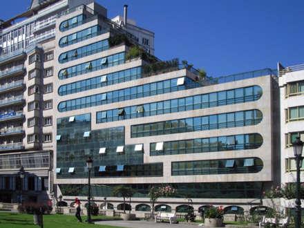 Edificios de viviendas Plaza de Portugal: Ventanas de PVC de estilo  de jjccarquitectura