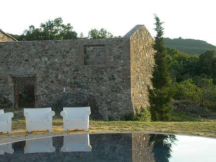 GABBRO : Piscina in stile In stile Country di cristianavannini | arc
