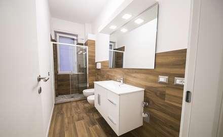 rivestimento bagno in gres porcellanato effetto legno: Bagno in stile in stile Minimalista di WEBTILES CERAMICHE