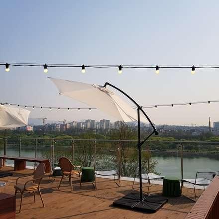 Roof terrace by 캐러멜라운지