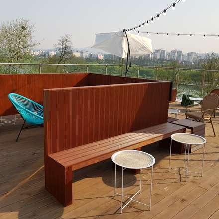 Terrazas en el techo de estilo  por 캐러멜라운지