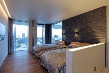 寝室を見る: (株)建築デザイン研究所が手掛けた寝室です。