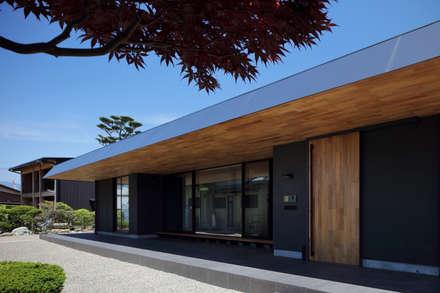 ゆったりした軒: (株)建築デザイン研究所が手掛けた屋根です。