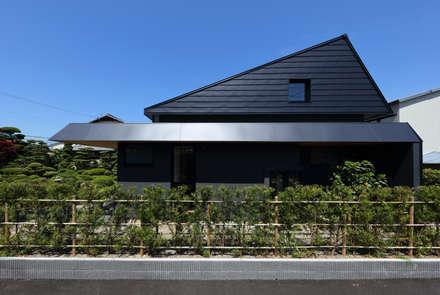 東側から見る: (株)建築デザイン研究所が手掛けた屋根です。