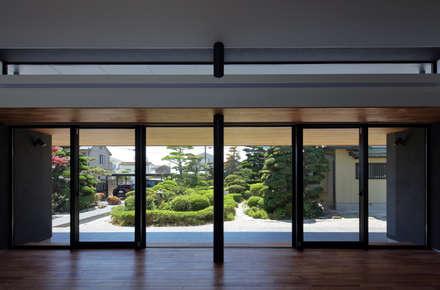 日本庭園とつながる内部空間: (株)建築デザイン研究所が手掛けたリビングです。