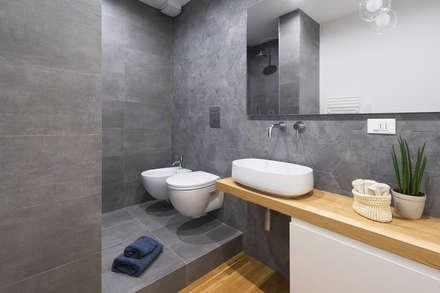 CASA M+P. FIRENZE: Bagno in stile in stile Moderno di OKS ARCHITETTI