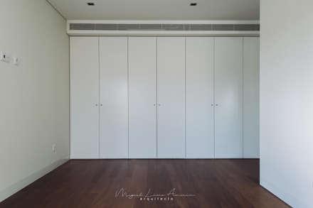 moradia LC: Closets modernos por miguel lima amorim - arquitecto - arquimla