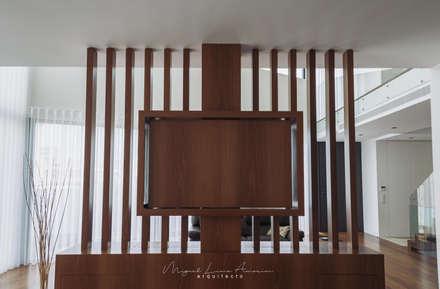 moradia LC: Salas multimédia modernas por miguel lima amorim - arquitecto - arquimla
