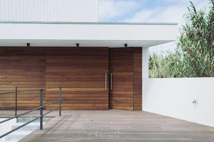 moradia LC: Garagens e arrecadações modernas por miguel lima amorim - arquitecto - arquimla