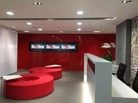 Reception Area - TV wall:  Offices & stores by FINGO DESIGN & ASSOCIATES LTD.